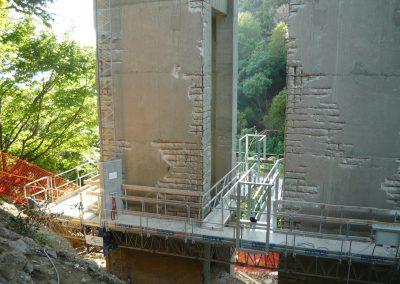 Manutenzione viadotto. Interventi su piloni. Idro-demolizione (scarificazione) e ricostruzione del pilone . Asportazione calcestruzzo corticale ammalorato. Getto di calcestruzzo.